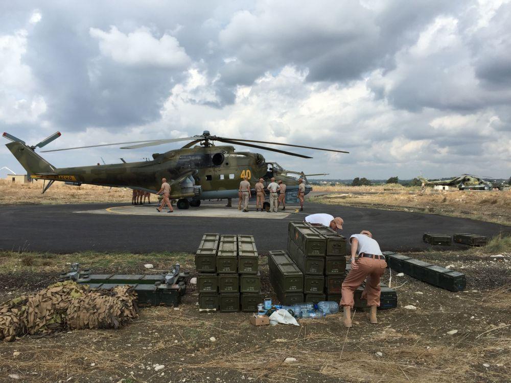 Obsługa techniczna przy śmigłowcu Mi-24. Baza lotnicza Hmelmin w Latakii.