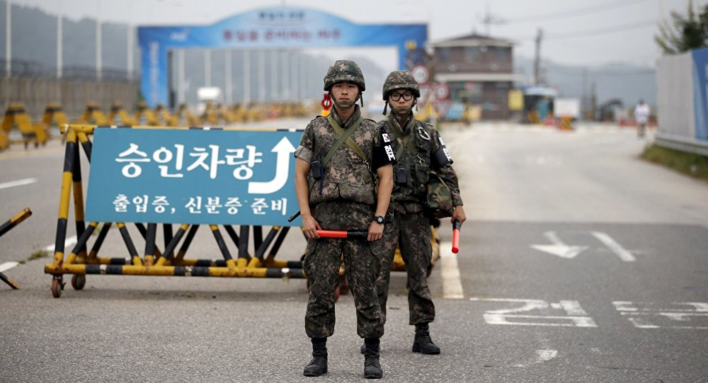 Południowokoreańscy żołnierze na punkcie kontrolnym rozdzielającym oba państwa w Paju