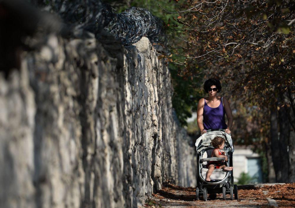 Kobieta z dzieckiem na ulicy w Sewastopolu