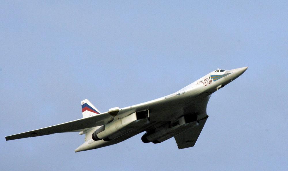 Turboodrzutowy ponaddźwiękowy bombowiec strategiczny o zmiennej geometrii skrzydeł Tu-160