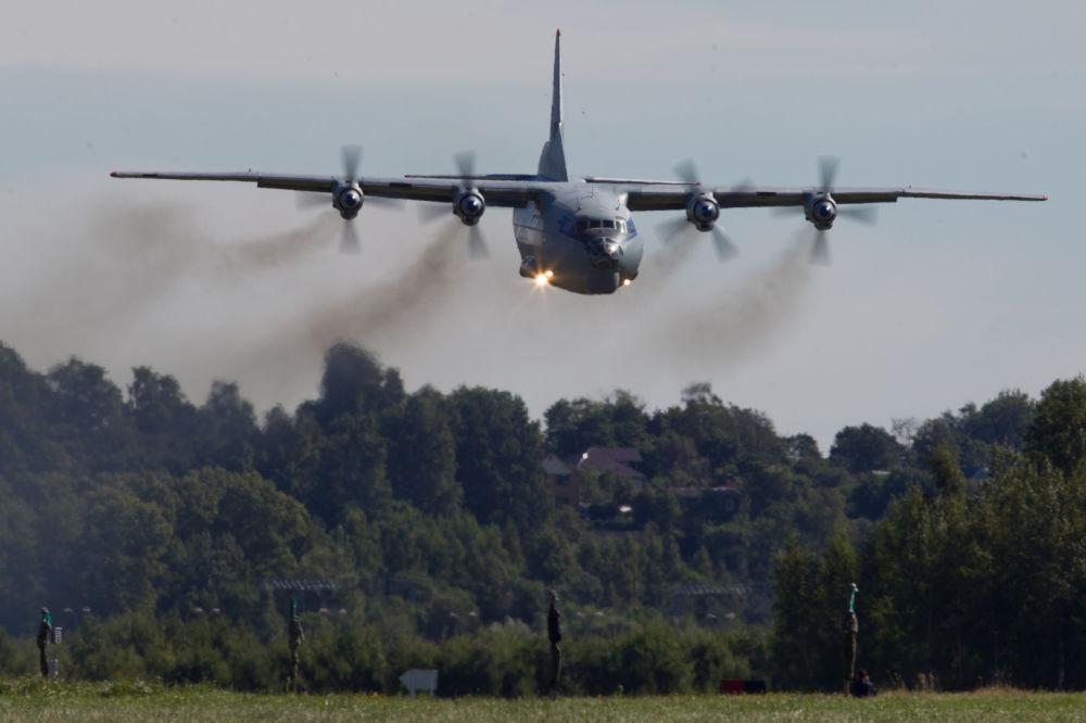 Średni samolot transportowy An-12 ląduje na lotnisku wojskowym