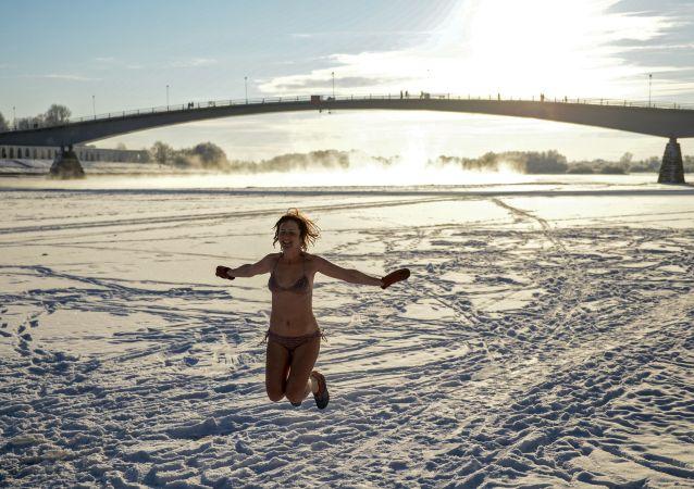 Uczestniczka nowogrodzkiego klubu miłośników zimnych kąpieli po kąpaniu w rzece Wołchow