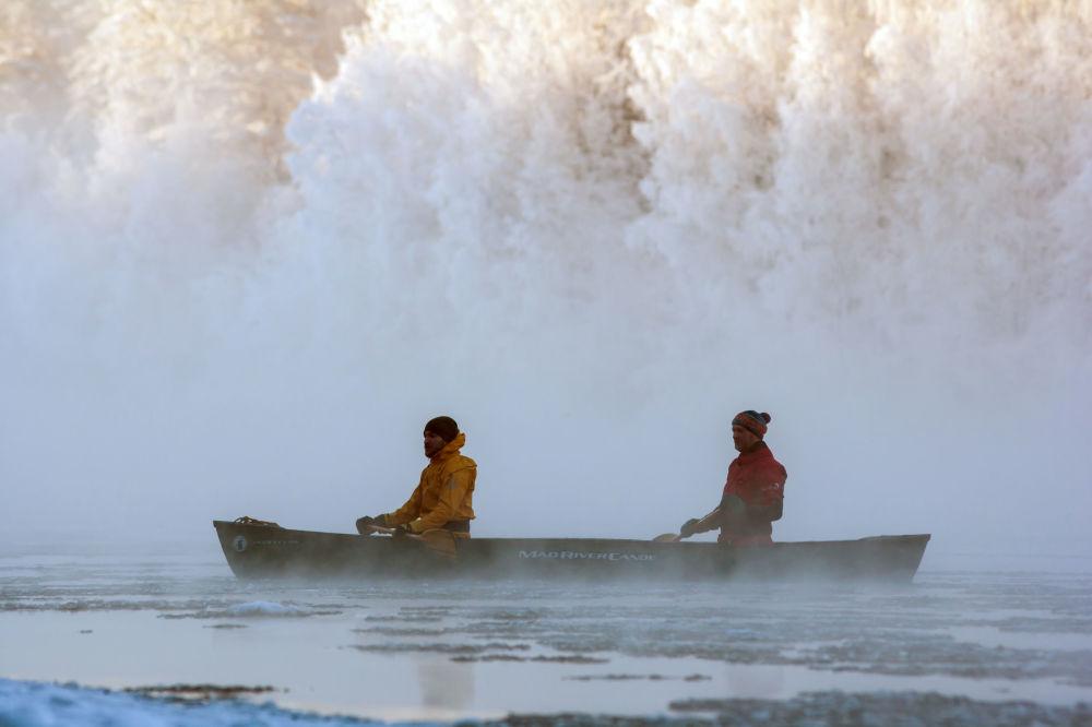 Instruktorzy kompleksu turystycznego Karjala Park płyną kajakiem po rzece Szuja