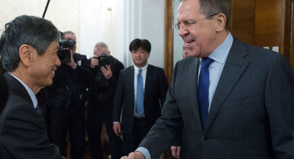 Były minister spraw zagranicznych Japonii Masahiko Kōmura i minister spraw zagranicznych Rosji Siergiej Ławrow w czasie spotkania w Moskwie