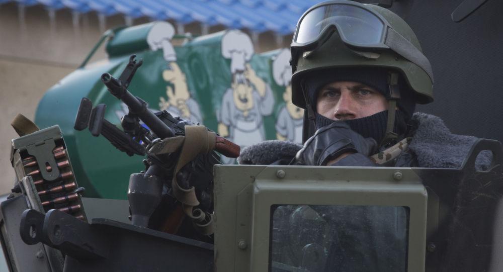 Uzbrojony żołnierz ukraińskiej armii