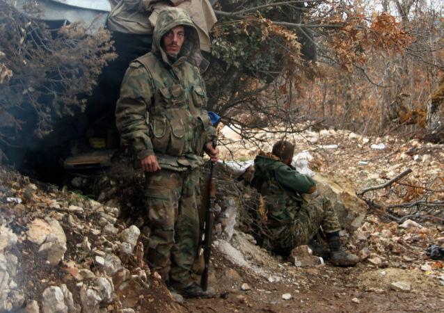 Oddział bojowników syryjskiego ruchu powstańczego po wypełnieniu zadania bojowego na północy Latakii