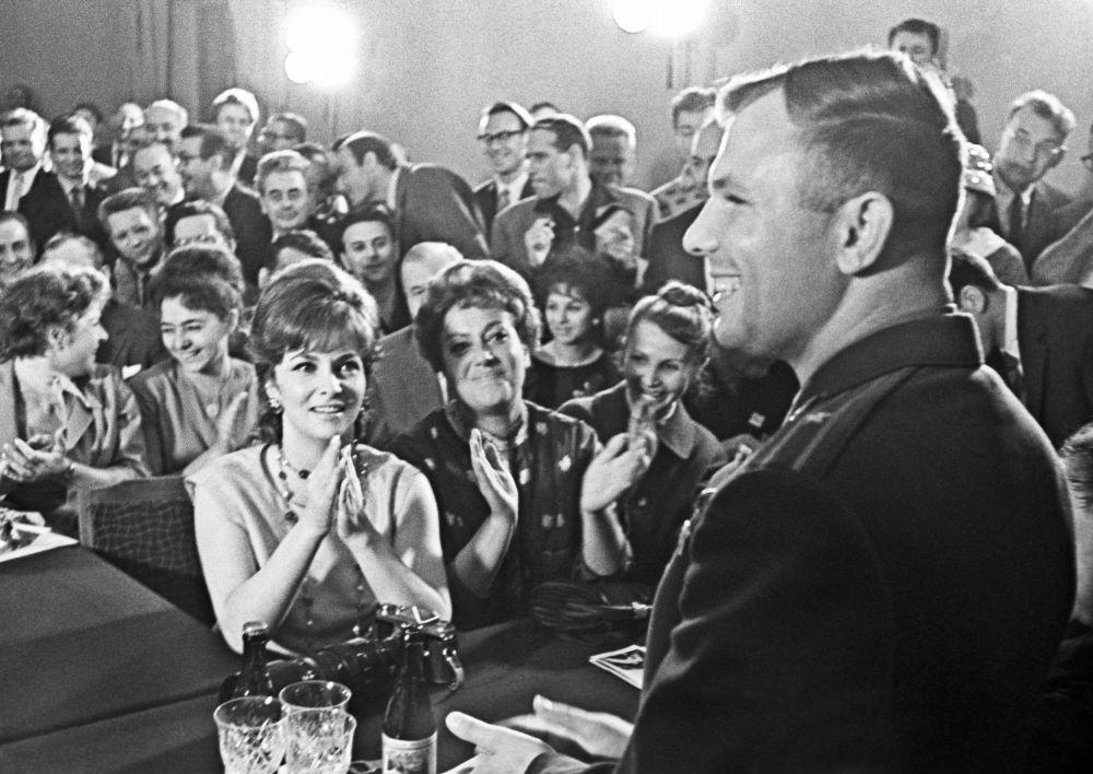 Kosmonauta Jurij Gagarin spotyka się z uczestnikami II Międzynarodowego festiwalu filmowego w Ministerstwie kultury ZSRR