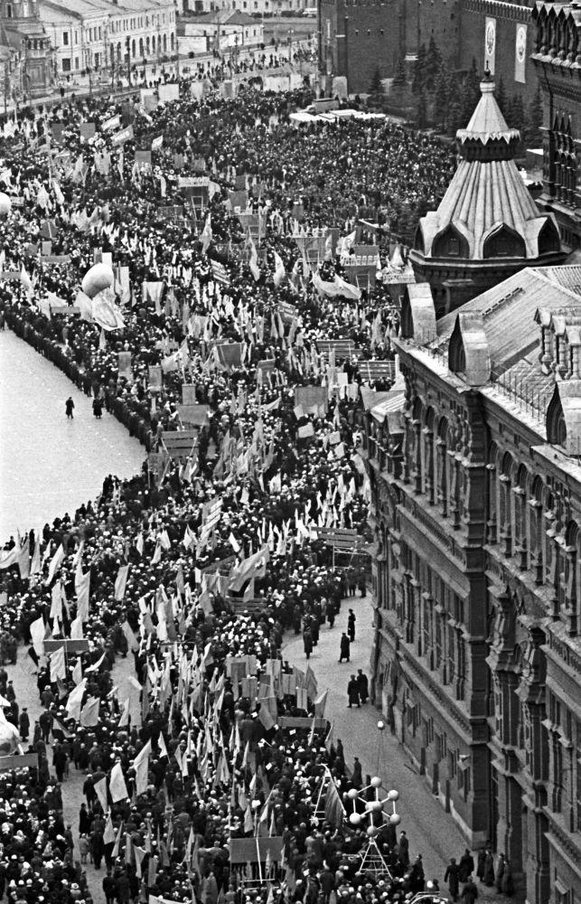 Plac czerwony w dzień obchodów 47. rocznicy Wielkiej Październikowej rewolucji socjalistycznej