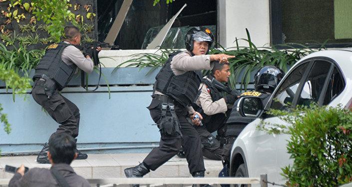 Indonezyjska policja zajmuje pozycje po serii wybuchów w stolicy Indonezji Dżakarcie