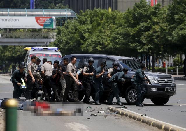 Policja na miejscu wybuchów w Dżakarcie