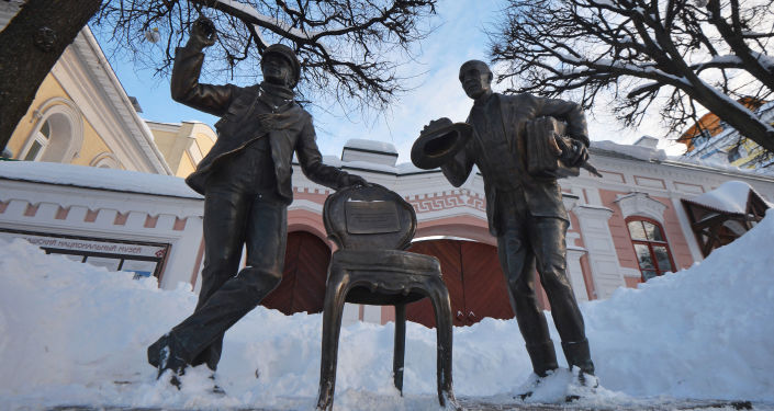 Pomnik Ostapa Bendera i Kisy Worobjaninowa - bohaterów powieści Ilji Ilfa i Eugeniusza Pietrowa Dwanaście krzeseł