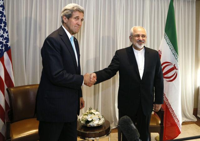 Sekretarz stanu Stanów Zjednoczonych John Kerry i minister spraw zagranicznych Iranu Mohammad Dżawad Zarif