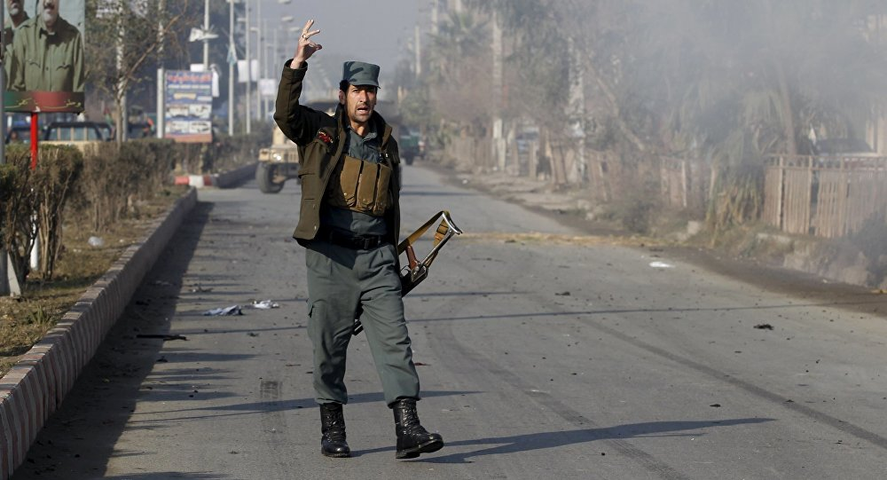 Afgański policjant niedaleko konsulatu Pakistanu w Dżalalabadzie