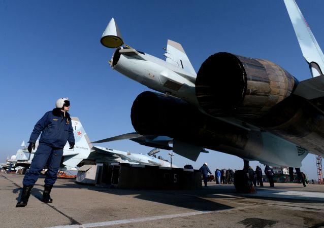 Pilot przy myśliwcu Su-35S w awiabazie Centralnaja Ugłowaja w Kraju Nadmorskim
