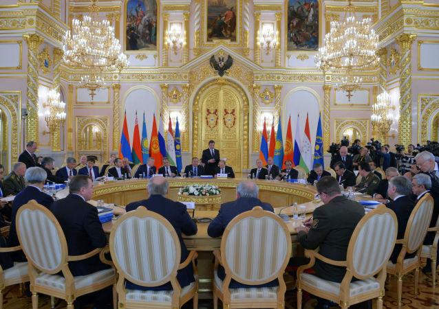 Prezydent Rosji Władimir Putin na posiedzeniu Rady ds. Bezpieczeństwa Zbiorowego OUBZ