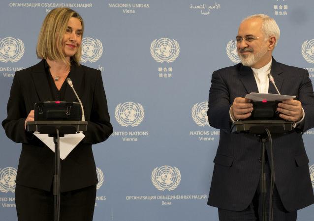 Szefowa dyplomacji UE Federica Mogherini i minister spraw zagranicznych Iranu Javad Zarif na konferencji prasowej w Wiedniu