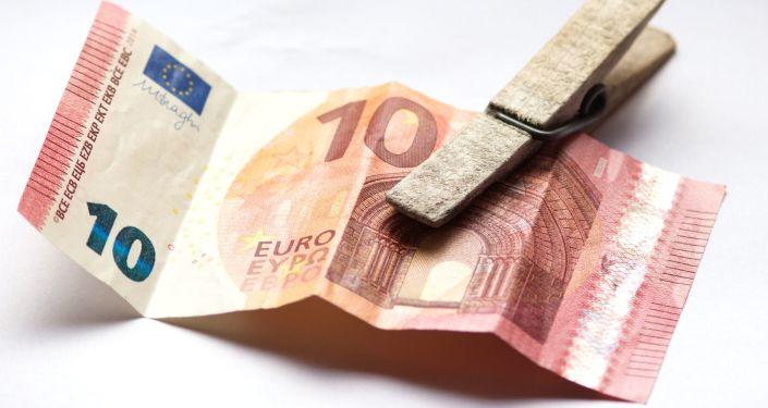 banknot o nominale 10 € na spinaczu