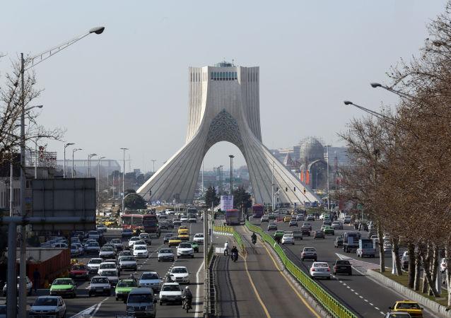 Widok na wieżę Azadi w Teheranie