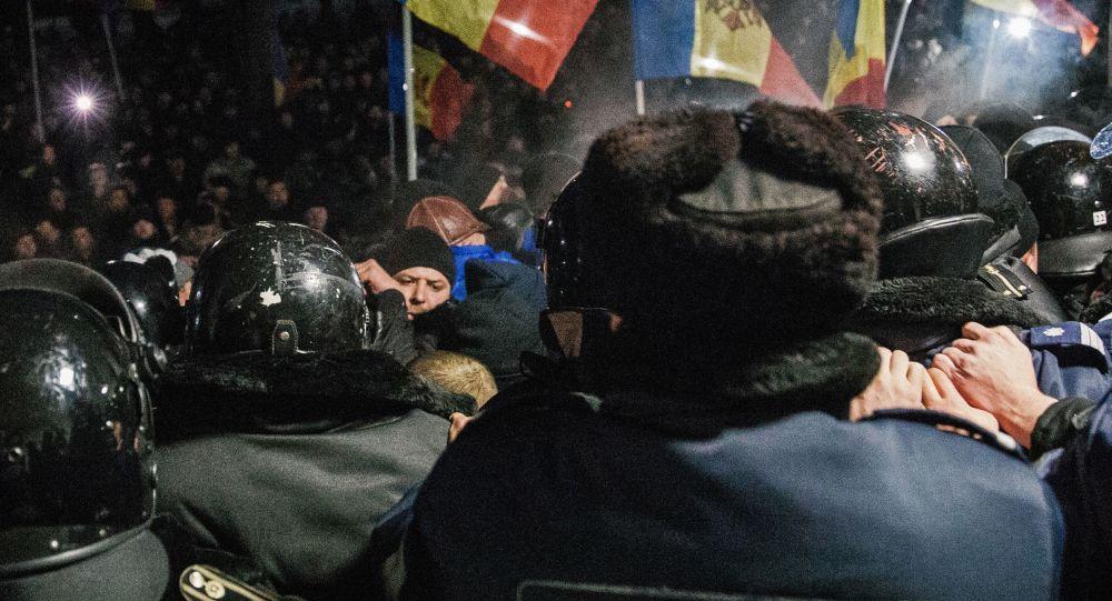 Protestujący i policjanci przy budynku parlamentu w Kiszyniowie