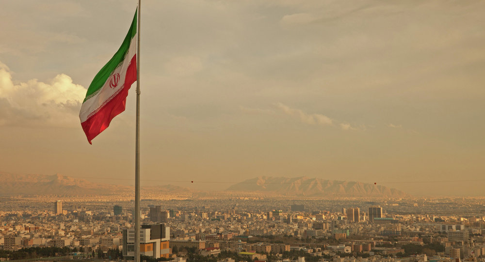 Flaga Iranu nad Teheranem