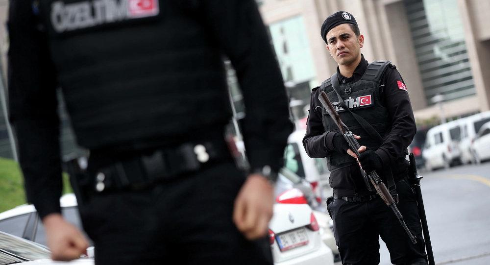 Członkowie służb specjalnych w pobliżu budynku Sądu Miejskiego. Stambuł, Turcja