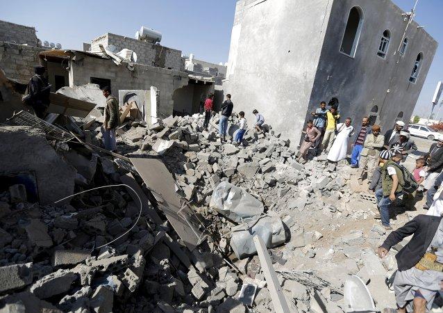Ruiny domu, zniszczonego podczas nalotu na lotnisko w Sanie.