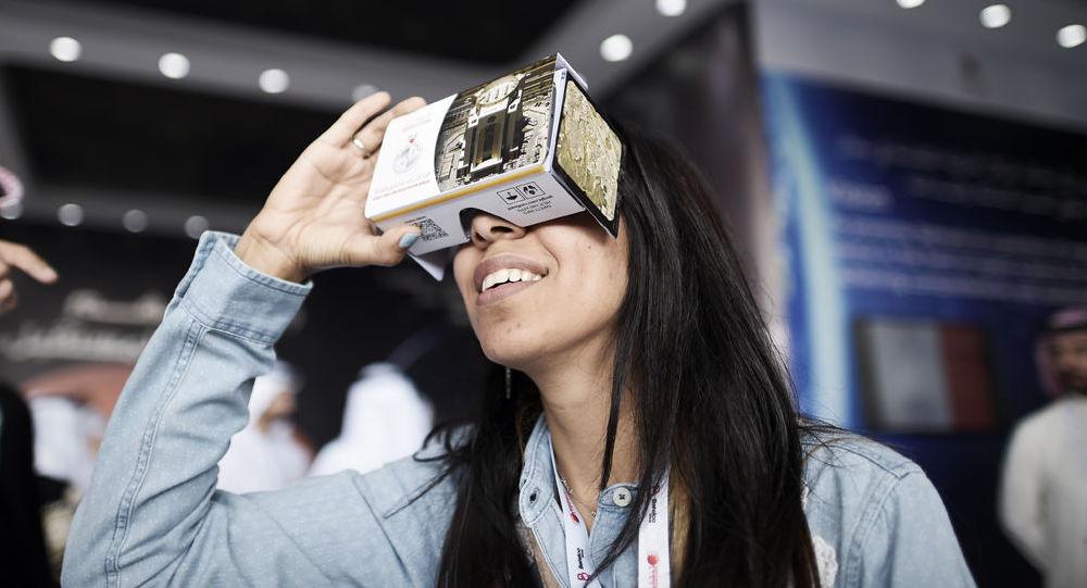 Dziewczyna wkłada okulary 3D podczas Bahrain International Airshow