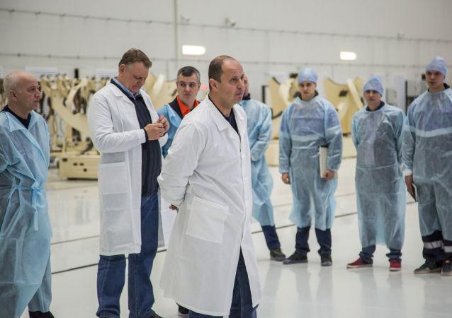 Pracownicy Federalnej Agencji Kosmicznej Roskosmos w korpusie montażowo-doświadczalnym na kosmodromie Wostocznyj.