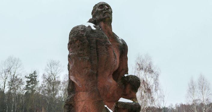 Pomnik Matki z dzieckiem w miejscu obozu zagłady Sobibór w Polsce