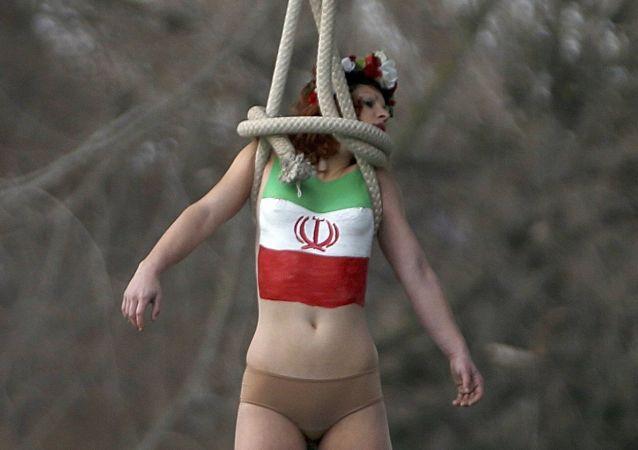 Aktywistka Femen podczas kolejnej akcji w Paryżu