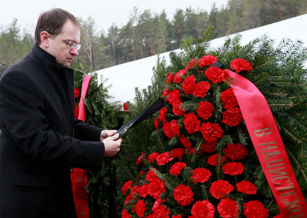 Minister kultury Rosji Władimir Medyński składa wieniec w miejscu pamięci radzieckich jeńców w Sobiborze, Polska