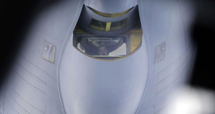 Samolot z systemami radiolokacyjnego nadzoru AWACS na lotnisku