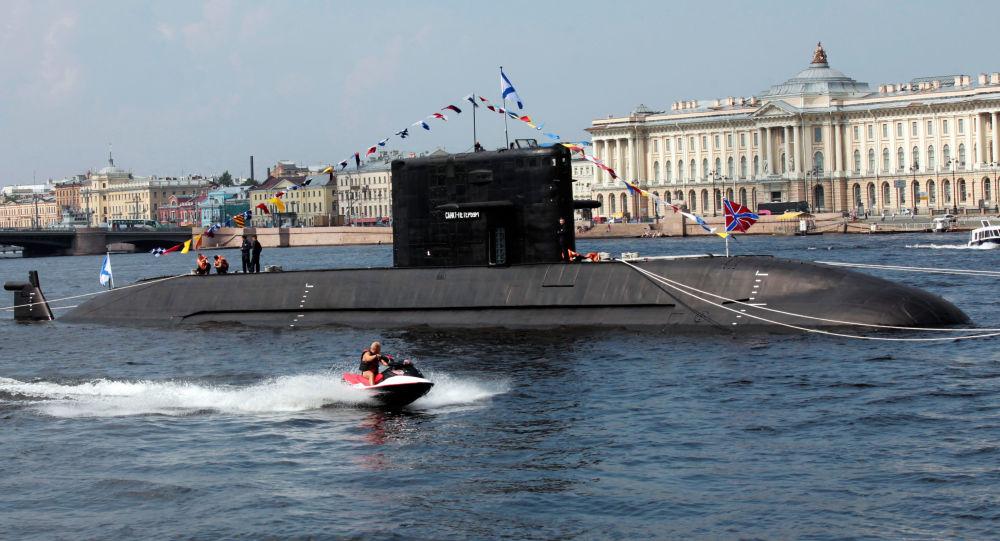 Okręt podwodny z napędem dieslowym Sankt-Petersburg (projekt Łada) w akwenie Newy