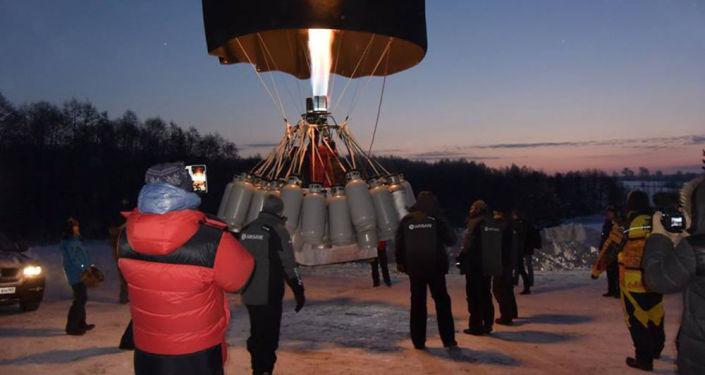 Znamienity podróżnik Fiodor Koniuchow poprawił swój zeszłoroczony rekord w długości lotu balonem