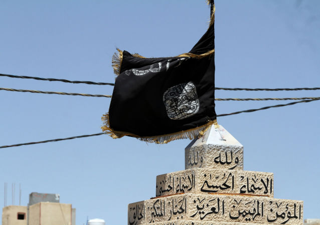 Flaga Daesh na głównym placu w mieście Maan, Jordania