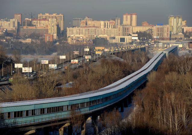Most Kommunalny i metro most nad rzeką Ob e Nowosybirsku