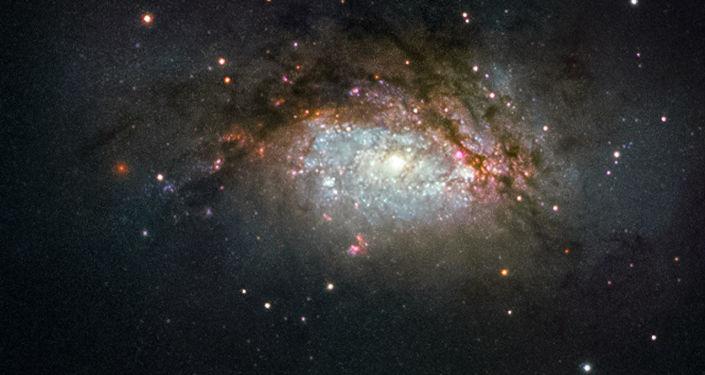 Galaktyka spiralna NGC 3597 - wynik zderzenia dwóch galaktyk