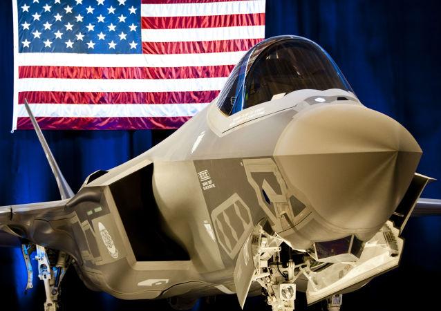 Myśliwiec F-35 w bazie lotniczej w Stanach Zjednoczonych