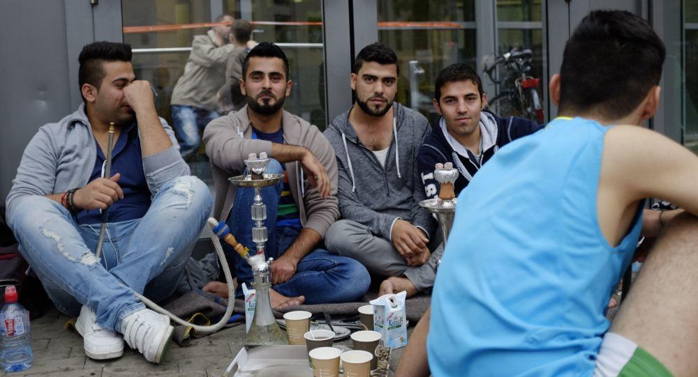 Uchodźcy z Bliskiego Wschodu przy centrum wystawowym w Hamburgu, w którym zorganizowano czasowy ośrodek dla uchodźców