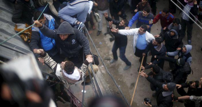 Palestyńczycy skaczą z dachu w Gazie