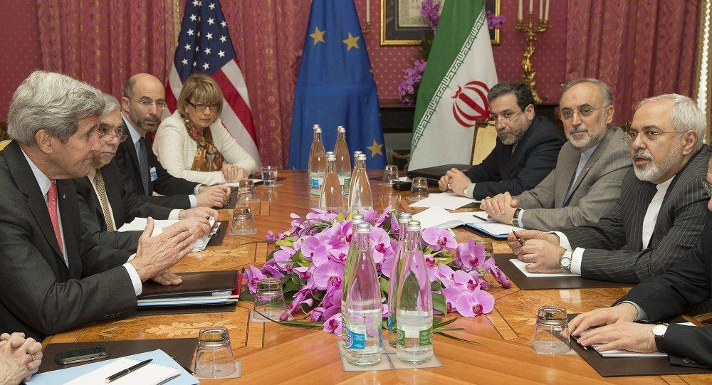 Sekretarz stanu USA John Kerry składa kondolencje w związku ze śmiercią matki prezydentowi Iranu Hassanowi Rouhani przed sesją negocjacyjną na temat rańskiego proramu jądrowego w Lozannie w marcu 2015