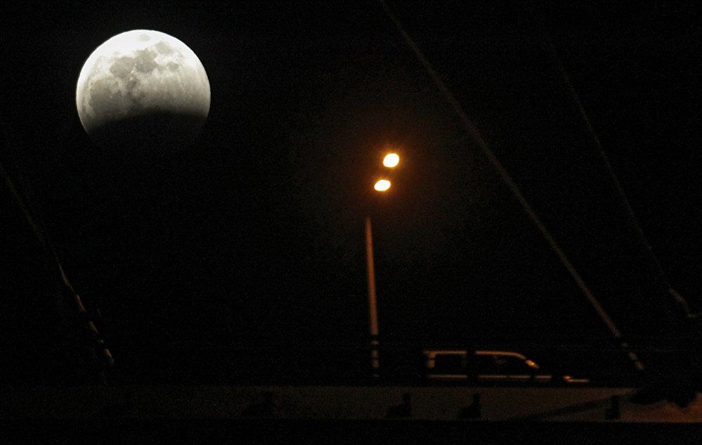 Zaćmienie Księżyca 4 kwietnia 2015