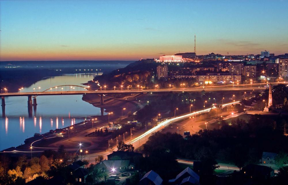 Nocny widok na rzekę Biełaja w Ufie