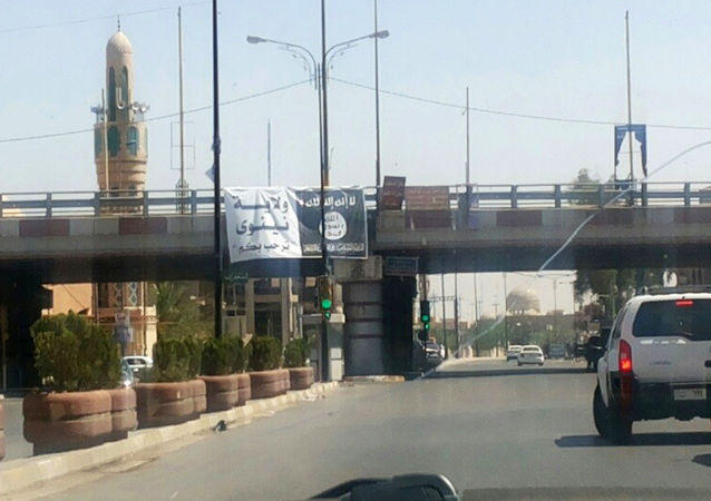 Flaga Państwa Islamskiego przy wjeździe do miasta Mosul w Iraku