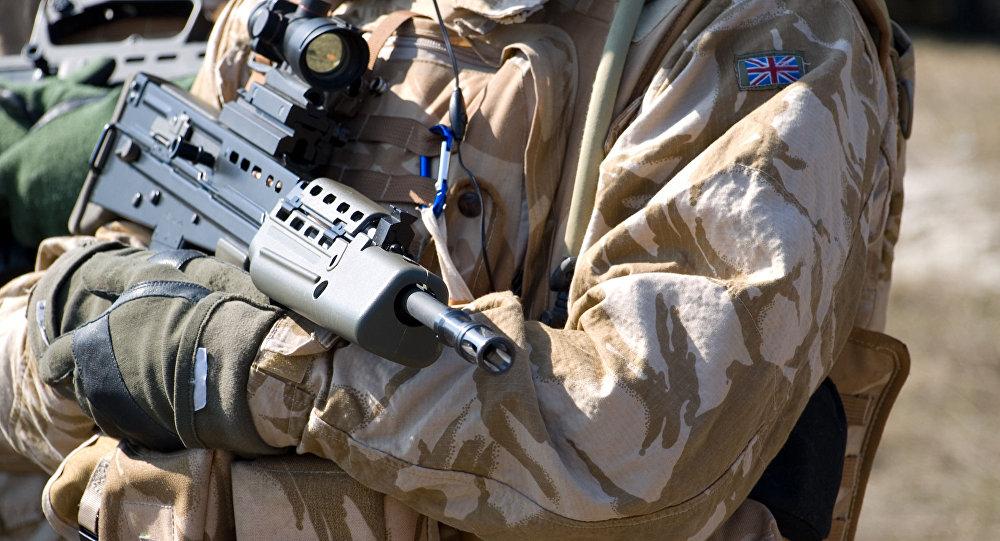 Żołnierz brytyjskiej armii z bronią