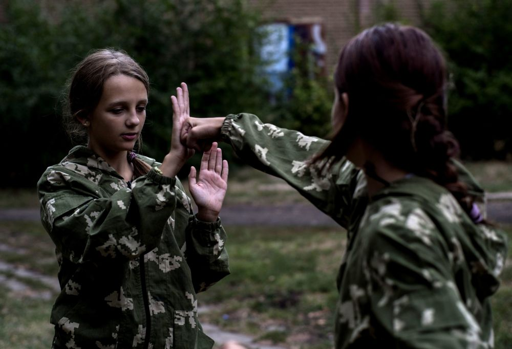 """Dziewczęta z wojskowo-patriotycznego klubu dla młodzieży """"Ochotnik"""" w Ługańsku"""