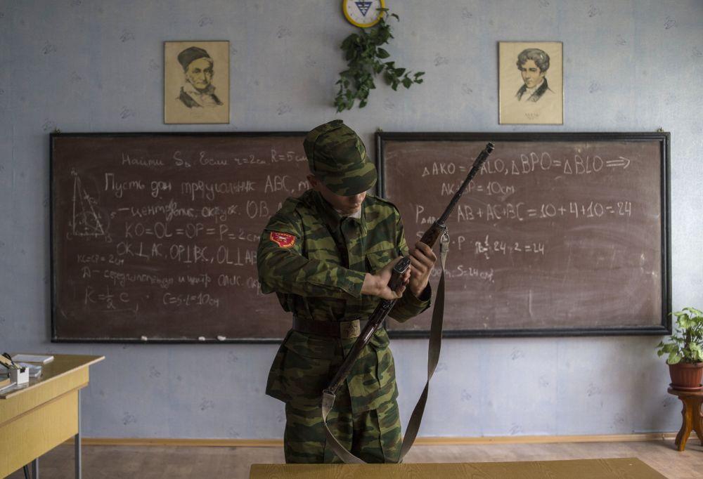 Kadet na zajęciach z przygotowania bojowego w Ługańskim Kozackim Korpusie Kadeckim im. Marszałka lotnictwa Aleksandra Jefimowa