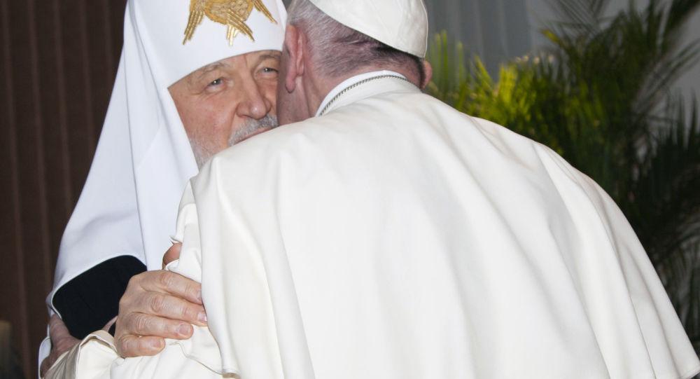 Patriarcha Moskwy i całej Rusi i papież Franciszek w czasie rozmów w jednej z sal na lotnisku międzynarodowym Hawany