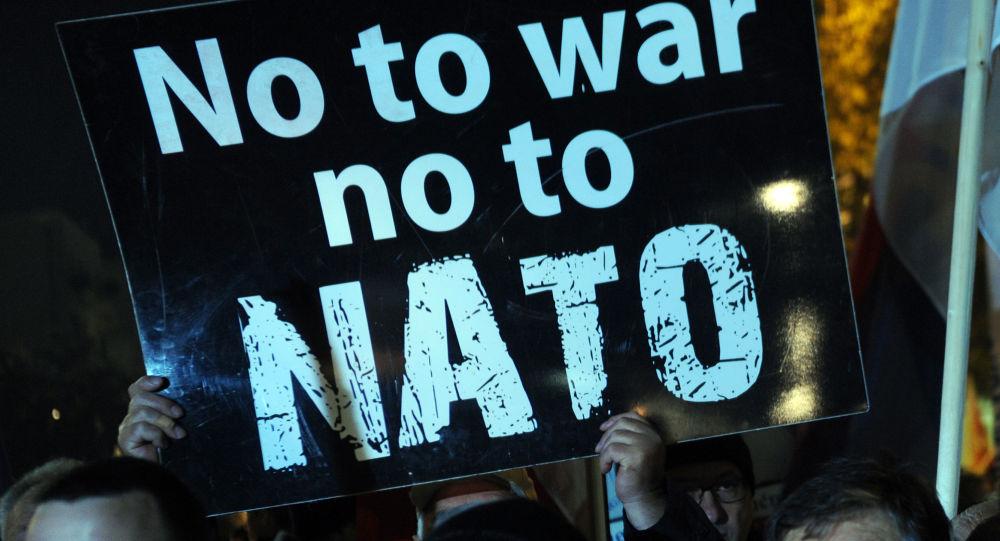 Protestujący przeciwko wejściu Czarnogóry do NATO w Podgoricy