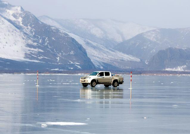 Samochód na przeprawie na wyspę Olchon po lodzie jeziora Bajkał.
